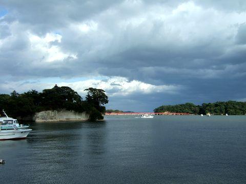 橋で繋がる右の島は福浦島
