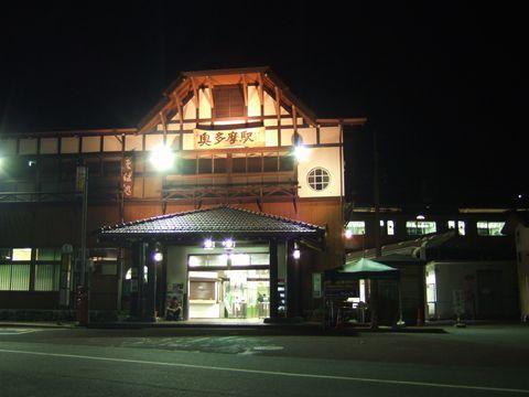 静かに光を放つ夜の奥多摩駅