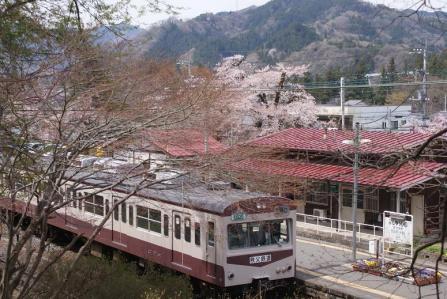 武州日野駅と列車