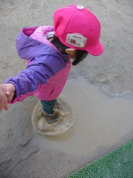 2011 03 02 水たまりであそぶ tibi03