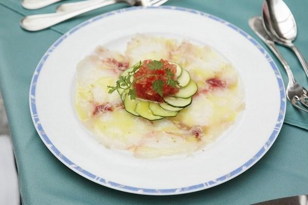 ル・プティ・ブドン 鮮魚のカルパッチョ スパイス風味 花びらに見立てた生ズッキーニ ゲランド産塩と共に