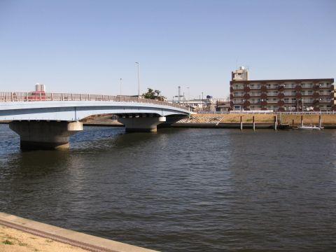 中川に架かる中川橋