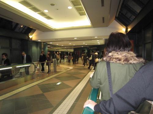 恵比寿駅か~~ずっと歩く歩道が~~なが~い