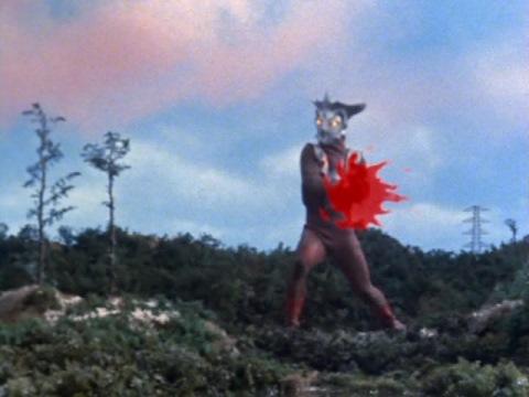 逃げるブリザードをハンドビームで撃墜するウルトラマンレオ