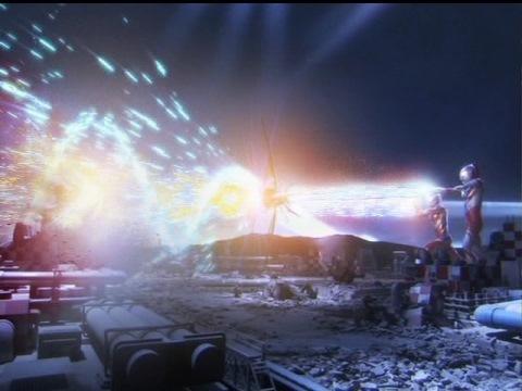 スペシウム・リダブライザーで光線の威力が増幅し、エンペラ星人を撃破