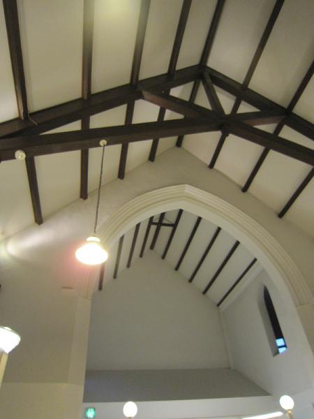 礼拝堂をそのまま使用している店内