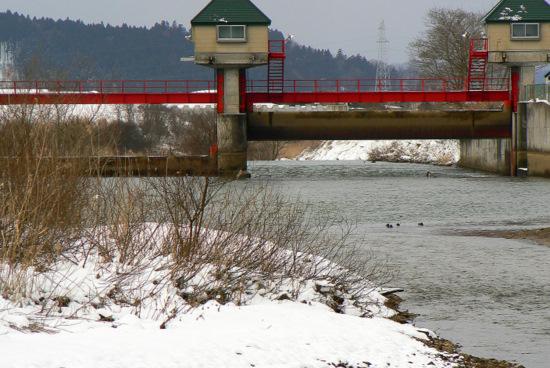 100124 岩見川の水門、半分開く