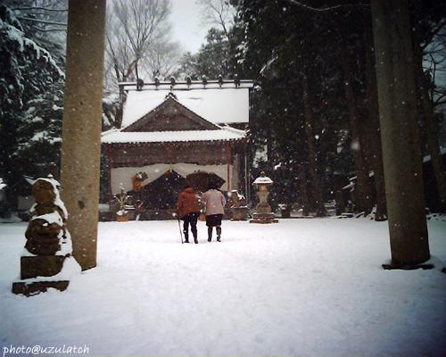 雪降る初詣