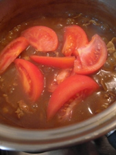 トマトを加えたら20分以上煮込んで