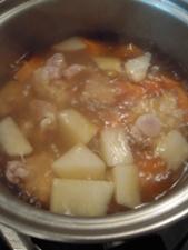 コンソメで野菜を煮ます