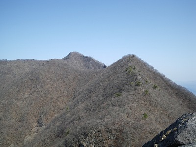 獅子岩から子持山を見る