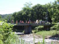 11_P7180041_しし踊り猿ケ石川を渡る