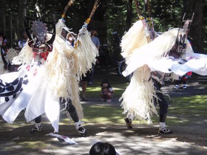 11_P7180135_しし踊り拝殿前2