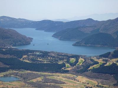 丸岳山頂から眼下の芦ノ湖を望む