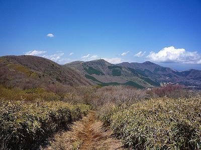 歩いてきた山々を振り返る 中央が丸岳 右のピークは金時山