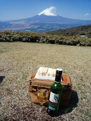 富士山を眺めながらサンドイッチ&ワインでランチ