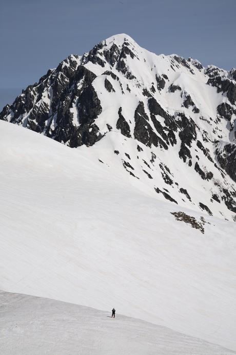 剣岳と対峙する登山者