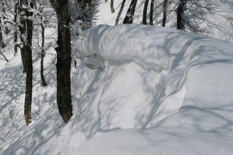 雪庇の張り出す尾根