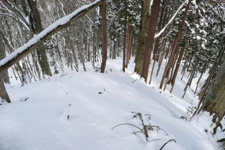 下山コースの狭い尾根