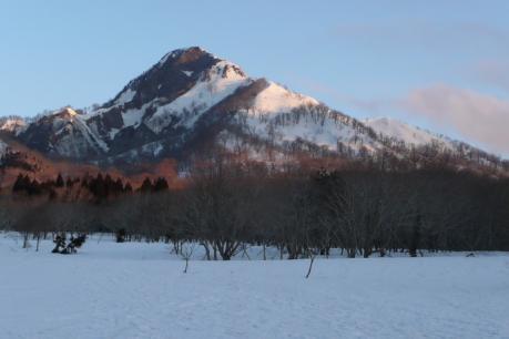 朝日を浴びる烏ヶ山