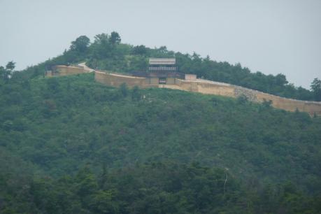 経山山頂から鬼ノ城城門のアップ