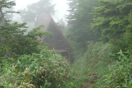 ガスに煙る避難小屋