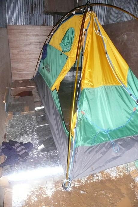 避難小屋でテント