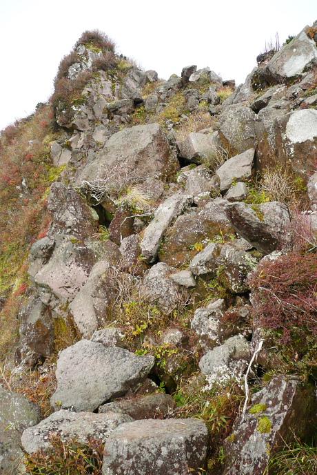南峰下の岩場