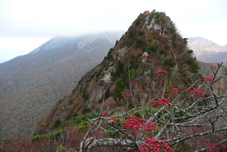 南峰から主峰越しの大山