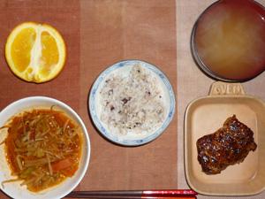 胚芽押麦入り五穀米,鶏の照り焼き,もやしとキャベツの蒸し炒めトマトスース和え,ワカメのおみそ汁,オレンジ