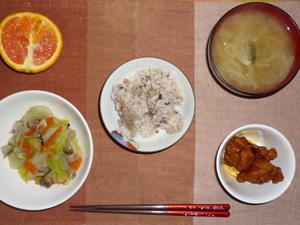 胚芽押麦入り五穀米,鶏の唐揚げ,きのこと白菜の蒸し野菜,玉ねぎのおみそ汁,オレンジ