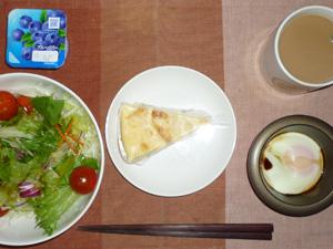 チーズケーキ,目玉焼き,サラダ,ヨーグルト,コーヒー