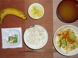 胚芽押麦入りご飯,納豆,蒸し野菜炒め,白菜の漬物,ワカメのみそ汁,バナナ