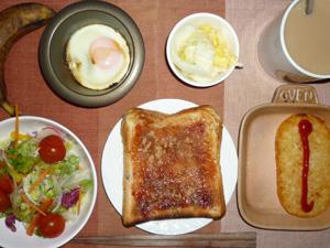 イチゴジャムトースト,目玉焼き,ハッシュドポテト,サラダ,白菜の漬物,バナナ,コーヒー