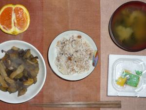 胚芽押麦入り五穀米,納豆,なすとしめじのピリ辛炒め,ワカメのおみそ汁,オレンジ
