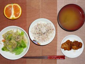 胚芽押麦入り五穀米,鶏の唐揚げ,キャベツともやしの蒸し野菜,ワカメのおみそ汁,オレンジ