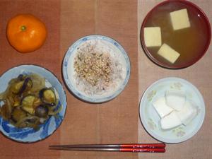 胚芽押麦入り五穀米,梅ふりかけ,焼きはんぺん,茄子と玉葱の炒め物,高野豆腐のおみそ汁,おみかん