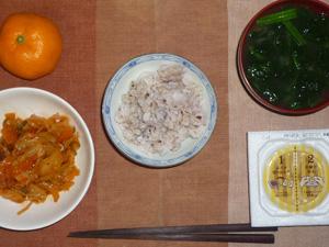 胚芽押麦委入り五穀米,納豆,キャベツと玉ねぎのコチュジャン炒め,ほうれん草のおみそ汁,みかん