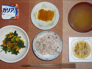 胚芽押麦入り五穀米,納豆,ほうれん草とミックスベジタブルのソテー,カボチャの煮つけ,ワカメのおみそ汁,ヨーグルト