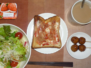 イチゴジャムトースト,サラダ,つくね×2,ヨーグルト,コーヒー