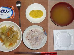胚芽押麦入り五穀米,納豆,もやしとキャベツの蒸し煮,プチオムレツ,ワカメのおみそ汁,ヨーグルト