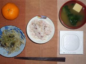 胚芽押麦入り五穀米,納豆,蒸しもやし,ほうれん草と高野豆腐のおみそ汁,おみかん