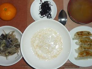 玄米粥,もやしとなすの蒸し野菜,餃子,昆布の佃煮,玉ねぎのおみそ汁,おみかん