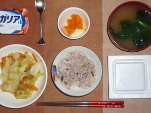 胚芽押麦入り五穀米,納豆,野菜の煮物,ニンジンの煮物,ほうれん草のおみそ汁,ヨーグルト