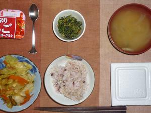 胚芽押麦入り五穀米,納豆,野菜の蒸し炒め,ほうれん草の胡麻和え,玉ねぎのおみそ汁,ヨーグルト