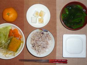 胚芽押麦入り五穀米,納豆,温野菜サラダ,焼きはんぺん,ほうれん草のおみそ汁,みかん