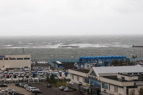 防波堤を乗り越える波