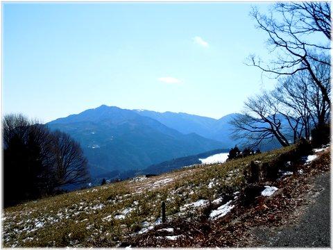 青い山と白い残雪が綺きれいっす