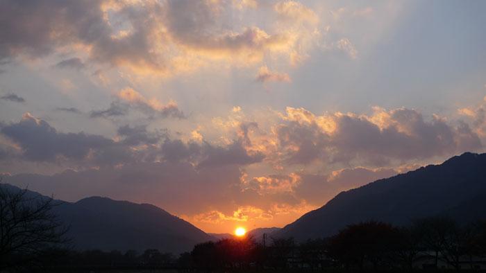 初冬の夕暮れ 夕陽 一之宮 高山市
