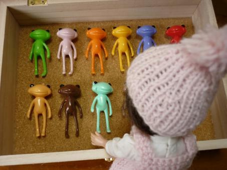 ほら、カエルちゃんたちお行儀よく並ぶのよ。
